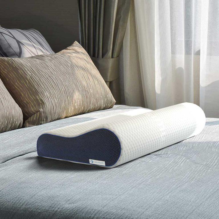 Diese Grafik veranschaulicht casimum® orthopädisches Nackenkissen aus Memory Foam ohne Schonbezug auf einem Bett mit Kissen