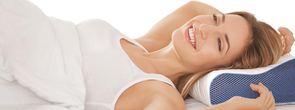 Diese Grafik veranschaulicht eine junge Frau, morgens nach dem Aufwachen auf casimum® nackenkissen mit einem lächelnden Gesicht.