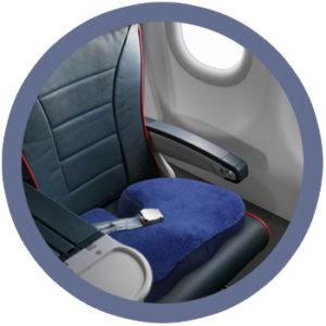 Dieses Bild veranschaulicht casimum® orthopädisches Sitzkissen auf einen Flugezeugsitz