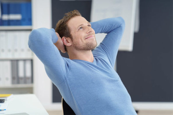 Die Grafik veranschaulicht einen entspannten Mann, sitzend im Büro
