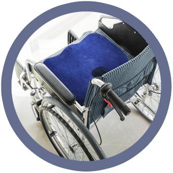 Diese Grafik veranschaulicht casimum® orthopädisches Sitzkissen auf einem Rollstuhl